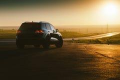 Внедорожный автомобиль на дороге Стоковое Изображение