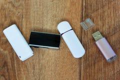 4 внезапных привода на деревянном столе Стоковое Фото