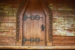 Внесите стены в журнал с дверью старого украинского дома в деревне, backgro Стоковое Изображение
