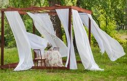Внешнее газебо с белыми занавесами Украшения свадьбы Стоковое фото RF