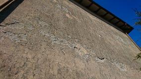 Внешнее заволакивание стены распалось стоковая фотография