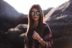 Внешнее изображение моды стильной молодой дамы, модное Портрет образа жизни сногсшибательной девушки битника, носить элегантный Стоковое Фото