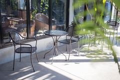 Внешнее кафа или таблицы кофе стула и таблицы chill в магазине Стоковое Изображение RF