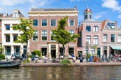 Внешнее кафе на набережной канала Рейна в Лейдене, Нидерландах Стоковые Изображения