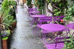 Внешнее кафе улицы ставит готовое на обсуждение для обслуживания Стоковое Фото