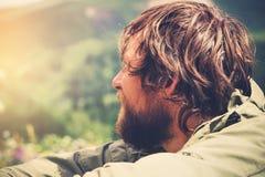 Внешнее молодого человека бородатое расслабляющее одно Стоковые Изображения