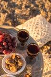 Внешнее расположение таблицы с стеклами вина, высушенных плодоовощей и Стоковое Фото