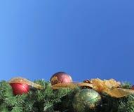 Внешнее рождество орнаментирует небо золотой ленты голубое Стоковое фото RF