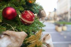 Внешнее рождество украсило дерево Стоковая Фотография RF