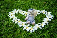 Внешнее фото плюшевого медвежонка сидя на дворе Стоковые Изображения