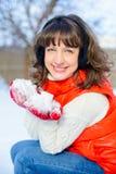 Внешнее яркое фото молодой красивой счастливой девушки в перчатках, снаружи одетый в стильной яркой зиме одевает, снег fal Стоковая Фотография