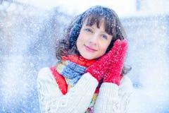 Внешнее яркое фото молодой красивой счастливой усмехаясь девушки в перчатках, снаружи одетый в стильной яркой зиме одевает, sn Стоковые Изображения