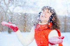 Внешнее яркое фото молодой красивой счастливой усмехаясь девушки в перчатках, снаружи одетый в стильной яркой зиме одевает, sn Стоковое Фото