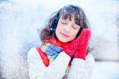 Внешнее яркое фото молодой красивой счастливой усмехаясь девушки в перчатках, снаружи одетый в стильной яркой зиме одевает, sn Стоковое фото RF