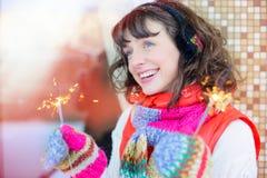 Внешнее яркое фото молодой красивой счастливой усмехаясь девушки с светами в руках, outdoors Модель смотрит вверх, одетый в стиль Стоковые Изображения RF