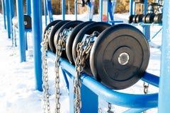 Внешние голубые гантели прикреплены цепью, делая резвятся в общественном месте для каждого которое хочет свободный спортзал Стоковое Изображение RF