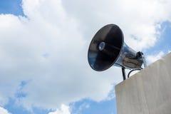 Внешние громкоговорители на голубом небе Стоковая Фотография RF