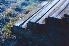 Внешние деревянные шаги покрытые ледяными кристаллами на холодном утре осени Стоковые Фотографии RF