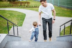 Внешние идя отец и дочь прогулка ребенка и папы в лете стоковые фотографии rf