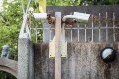 Внешние камеры слежения на деревянном поляке Стоковые Изображения
