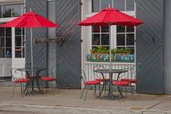 Внешние посадочные места кафа в французском квартале Стоковые Изображения RF