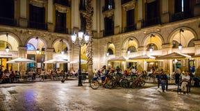 Внешние рестораны, Placa Reial, Барселона, Испания стоковые изображения