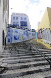 Внешние скалистые лестницы - типичная старая улица Лиссабон городка Стоковые Изображения