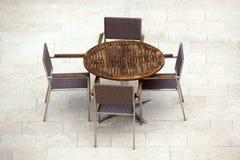 Внешние таблицы кафа лета с стульями Стоковое фото RF