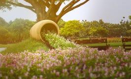 Внешние цветочные горшки с винтажным стилем Стоковые Изображения RF