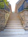 Внешние шаги водя к церков от тротуара стоковые изображения