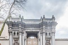 Внешний взгляд двери дворца Ciragan в Besiktas, Стамбуле стоковая фотография rf