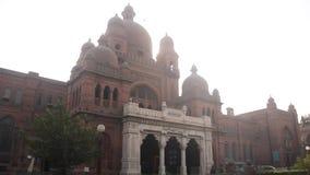 Внешний взгляд здания музея Лахора акции видеоматериалы