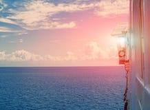 Внешний взгляд на кабине капитана, стеклянном диспетчерском пункте и солнце захода солнца через окно Стоковое Фото