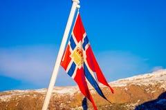 Внешний взгляд норвежского флага развевая с красивой предпосылкой голубого неба стоковые фото