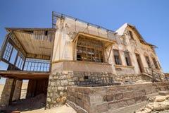 Внешний взгляд одного из покинутых домов в город-привидении Kolmanskop около deritz ¼ LÃ в Намибии Стоковые Изображения