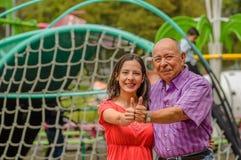 Внешний взгляд отца и дочери с thumps вверх на outdoors Стоковые Изображения RF