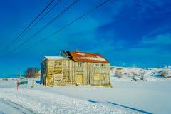 Внешний взгляд очень старое деревянное частично дома покрытого с снегом в островах Lofoten Стоковая Фотография RF