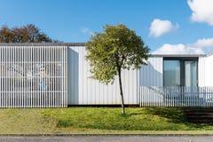 Внешний взгляд современного дома семьи стоковые фотографии rf