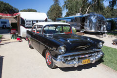 Внешний взгляд винтажных трейлера и автомобиля 1957 Шевроле Стоковая Фотография