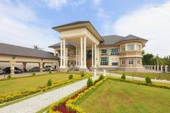 Внешний взгляд красивого и современного дома в день bri Стоковое Изображение RF