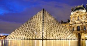 Внешний взгляд ночи Лувра (Musee du Жалюзи) Стоковое Фото