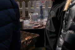 Внешний гамбургер кухни горячий на жаря таблице Стоковая Фотография