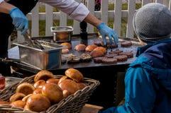 Внешний гамбургер кухни горячий на жаря таблице Стоковое Изображение RF