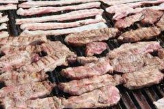 Внешний гриль барбекю с сосиской и маяком свинины Стоковая Фотография RF