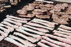 Внешний гриль барбекю с сосиской и маяком свинины Стоковое Изображение RF