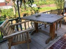 Внешний деревянный стол установленный на кафе Стоковое Фото