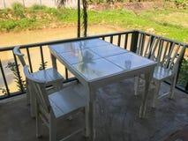 Внешний деревянный стол установленный на кафе Стоковые Изображения RF