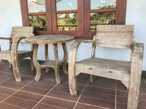 Внешний деревянный стол установленный на кафе Стоковая Фотография