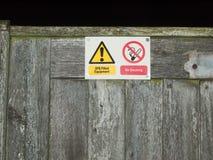 Внешний для некурящих знак предупреждая желтый треугольник Стоковая Фотография