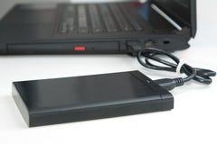 Внешний жёсткий диск соединяется к тетради компьютера Стоковые Фотографии RF